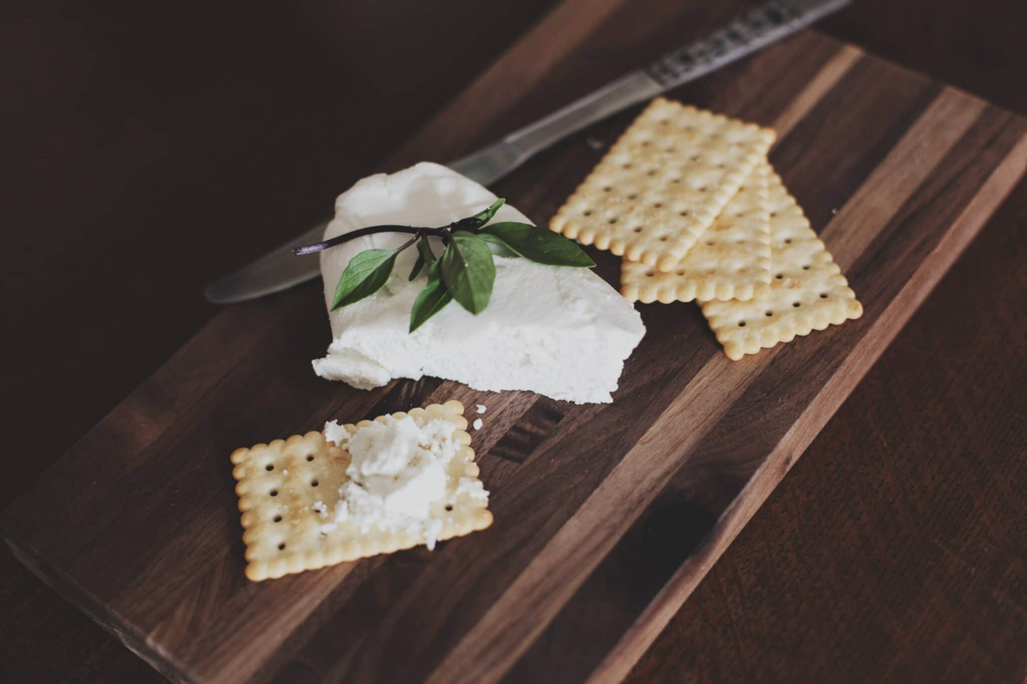 Crackers are the plainner snacks to serve with whisky