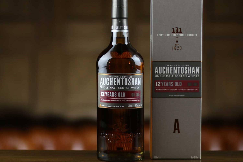 Una bottiglia di Auchentoshan 12 years